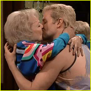 bradley-cooper-betty-white-kiss-in-californians-snl-40-sketch